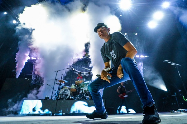 Brad Arnold of 3 Doors Down performing live.