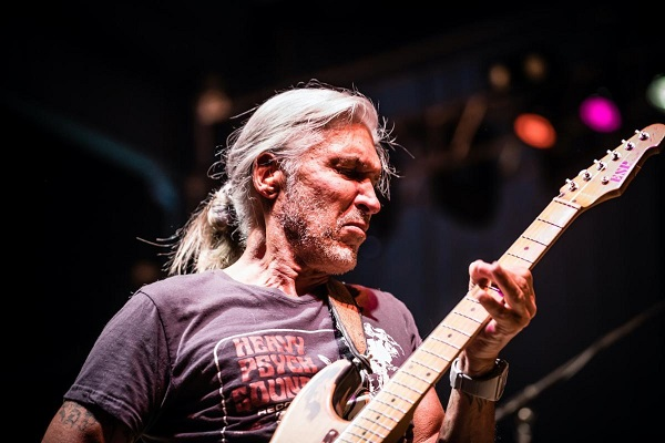 Live photo of rock guitarist George Lynch.