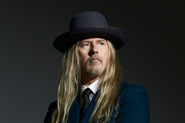 Jerry Cantrell of Alice in Chains posing for a press photo with a black top hat.